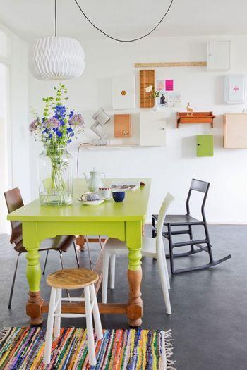 ダイニングテーブルの色に飽きたら自分で塗ってしまうというDIYも北欧ではポピュラーです。パッと部屋が明るくなるヴィビッドなネオングリーンが新鮮な感じ。