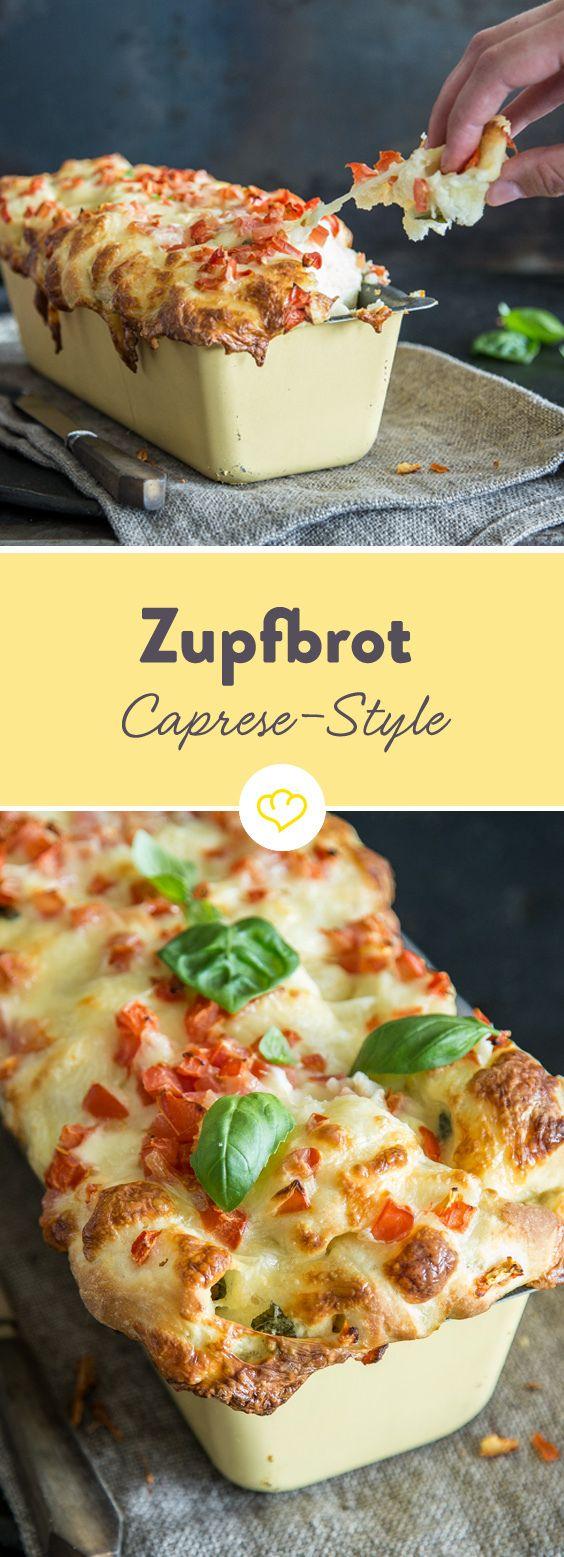 Pull-Apart-Brot - Caprese Style. Im Inneren des Brotes verstecken sich cremige Mozzarellazupfen und fruchtige Tomatenwürfel. Zum Verführen gebacken.