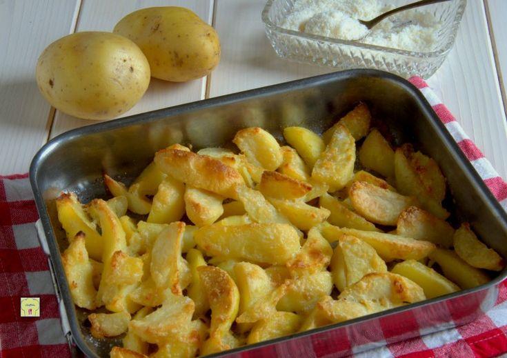 Le patate al formaggio sono un delizioso contorno semplice e facile da preparare, economico e che conquista grandi e piccini.