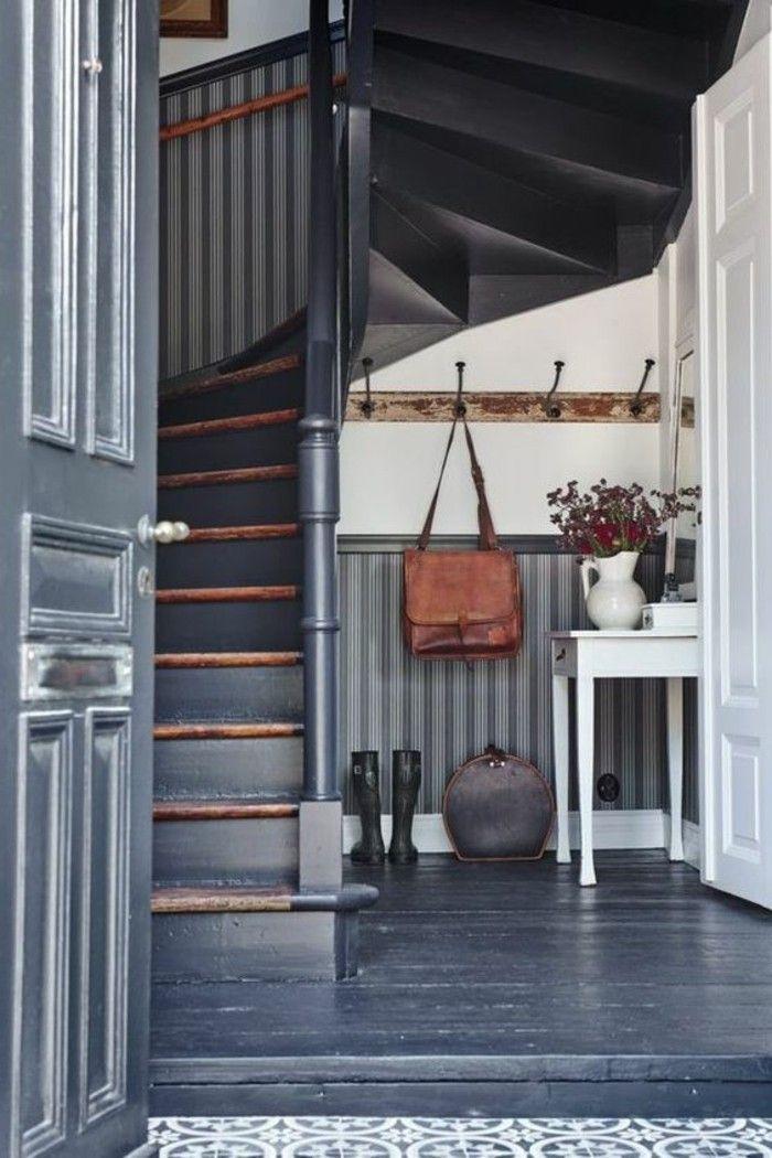comment bien ranger le couloir gris, escalier en bois tournant en gris