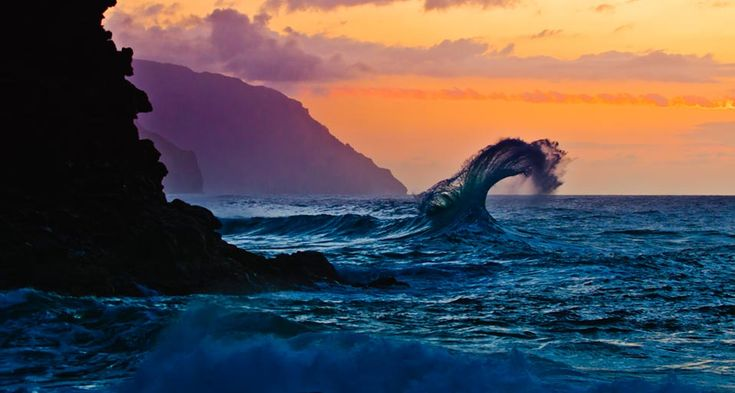 wave breaking in Hawaii