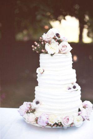 white cake with fresh flowers // photo: serena cevenini