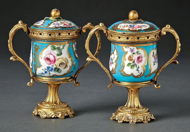 A  pair of Sèvres-style Porcelain and Ormolu mounted blue vases and covers, 19th century, France. H. 13,5 cm. Start price: 1000 Euro.
