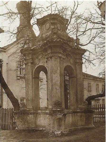 Kapliczka przy ul Hempla, natomiast kopuła na budynku CK jest pozostałością po przebudowie kościoła powizytkowskiego na cerkiew prawosławną. Wtedy też budynek klasztoru otrzymał 5 kopuł, rozebranych po odzyskaniu niepodległości po I wojnie światowej. Czyli samo zdjęcie jest robione pewnie przed rokiem 1920.