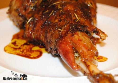 Uno de los asados que más nos gustan son la paletilla o la pierna de cordero al horno;servimos algo ligero para refrescar y abrir boca, y a continuación, a disfrutar del cordero al horno