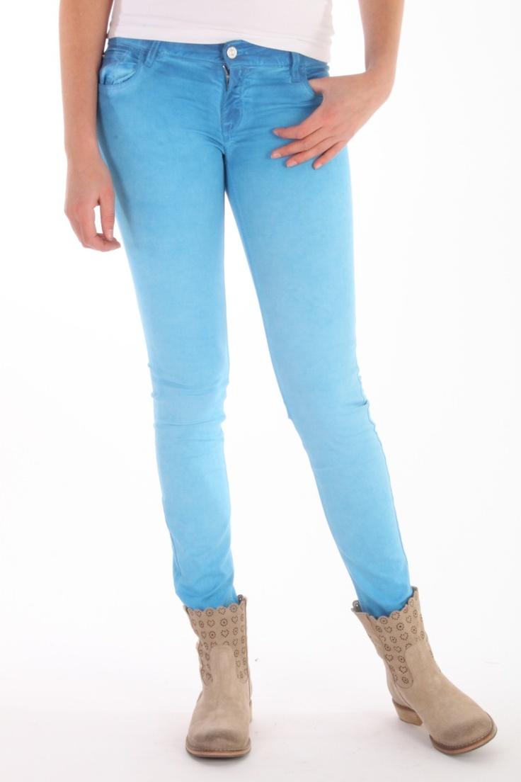 Deze jeans van Cycle is 97% katoen met 3% stretch. De fit is skinny. De kleuren van deze coloured denim zijn super gedaan, niet geheel effen maar in een meer gewassen look. Deze kleur is de cobalt blue, kobalt bij ons. Bekijk alle kleuren bij ons online....Jeans Cycle WPT357 C004 T595 jeans