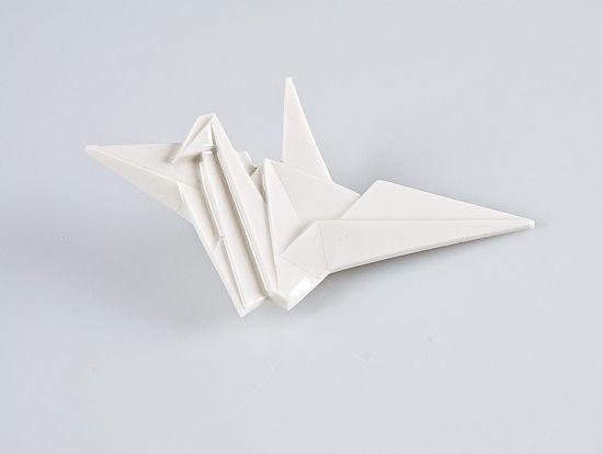 Brož JESTŘÁB Origami je staré japonské umění skládání papíru. Porcelart je nové české umění skládání porcelánu. Originální porcelánové brože a náušnice. Brož o rozměru cca 7x6cm. Zapínání na brožový můstek. Orikata. Orisue.