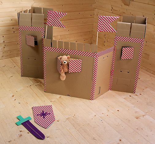 Vom letzten Umzug stehen sicher noch ein paar Kartons im Keller. Falls nicht, gibt's die für ein paar Euro im Baumarkt. Mit Schere und dickem Klebeband wird daraus eine tolle Ritterburg!