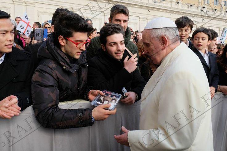 Piero Hace entrega de Un CD y DVD al Papa