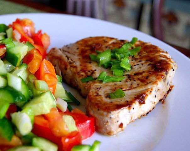 Стейк из тунца с гарниром из свежих овощей | Школа шеф-повара