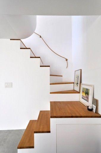小島さんのいちばん好きなスペースは2階リビングだが、ディテールでお気に入りなのは階段のアールの付いた部分。
