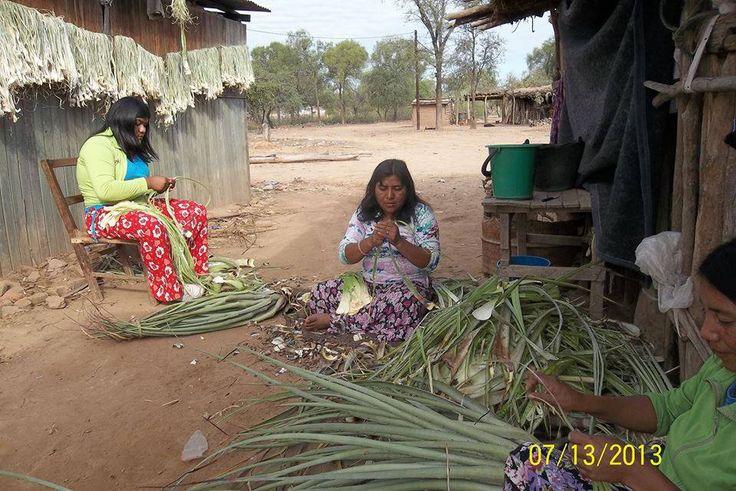 comunidad Wichi, trabajando con el chaguar. Chaco, Argentina
