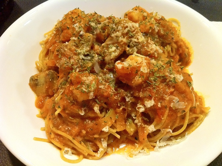 Whole Wheat Pasta with Shrimp and Mushrooms in Red Sauce