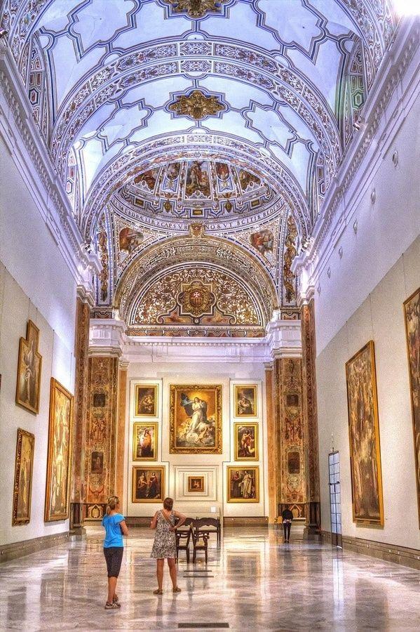 En el Museo de Bellas Artes hay cuadros de pintores famosos como Goya o Picasso.