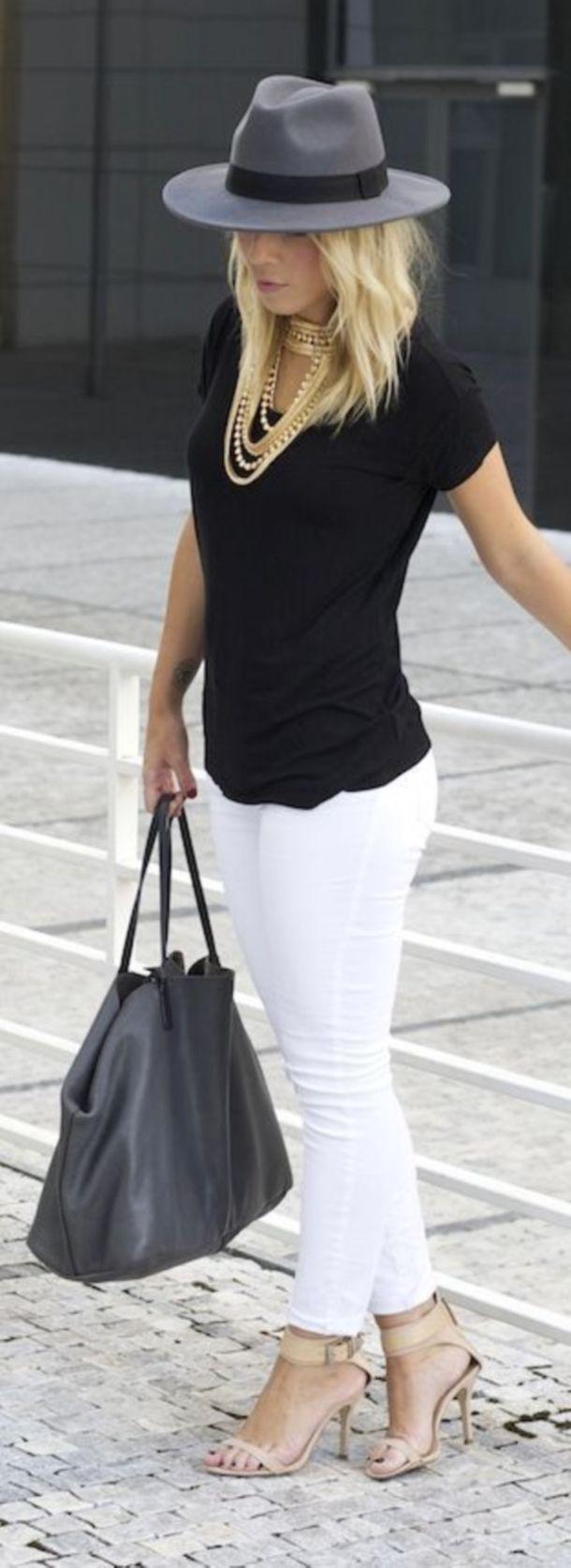 Jeans blancos, bolso negro tacones nude, collares qe hacen juego con tacones en tonos dorados blusa básica negra y sombrero gris