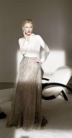Tosta e di poche parole. Ma quando apre bocca Cate Blanchett incanta: è stata scelta come narratrice per un docufilm che andrà a Venezia, e quanto alla parità tra i sessi non le manda certo a dire. Anzi, forse sì: «Noi donne pensiamo fuori dagli schemi. In un mondo a pezzi, se avessimo più potere potremmo aggiustare quello che si è rotto»