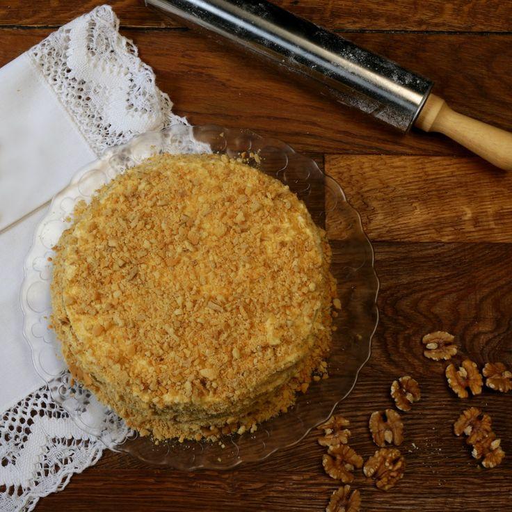 Maslo, cukor, med, sódu, vajce amlieko dáme do misy. Misu položíme na kastrólik shorúcou vodou ašľaháme metličkou, pokiaľ bude mať zmes hladkú konzisten