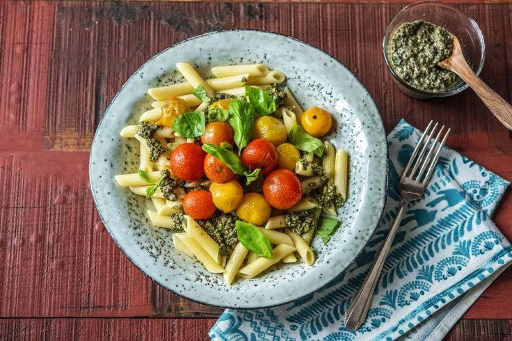 Penne mit Oliven-Basilikum-Pesto mit geschmorten Tomaten