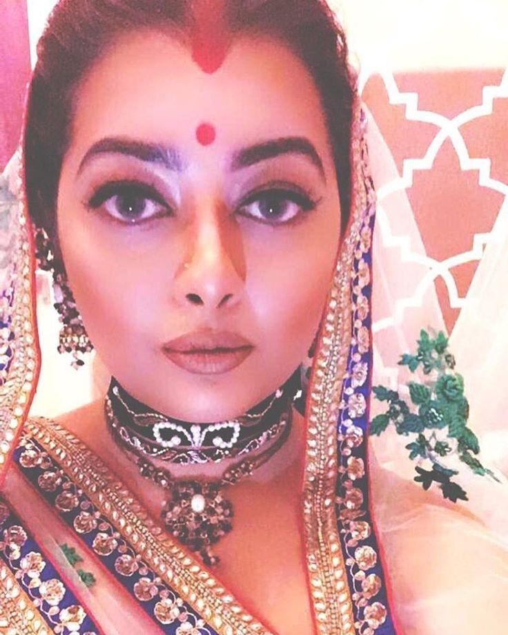 Make up look inspired by Aishwarya Ria @bachchan as Paru in #Devdas  Top 2 Chokers: @afsanakuddin  Foundation: @anastasiabeverlyhills @primark  Eyeshadow: @kikomilano  Lips: KING K @kyliecosmetics  Sindoor: MARY JO K @kyliecosmetics #bollywood #sabyasachi #bride #hudabeauty #indian #wedding #slay #fleek #choker #jewellery #aishwaryarai #beauty #trending #fblogger #clebstyle #outfitinspo #fashion #fashionblogger  #necklace #kyliecosmetics #contour #makeupaddict #makeuplook #mua #bengali…