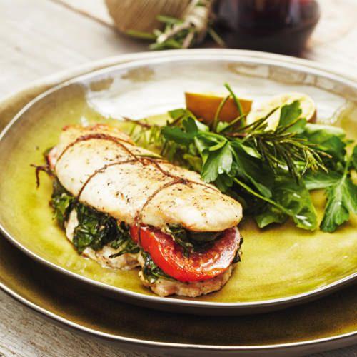 Gevulde kipfilet met spinazie, kruiden en tomaat, uit het kookboek 'Puur genieten' van Pascale Naessens. Kijk voor de bereidingswijze op okokorecepten.nl.