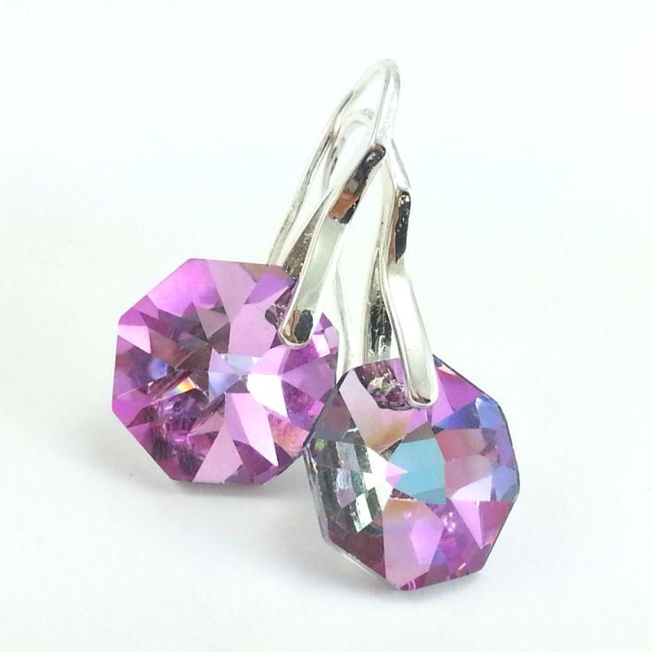 Kolczykize szklanych kryształów octagenów w kolorzeróżowymz elementami w kolorze srebra bez dodatku niklu.