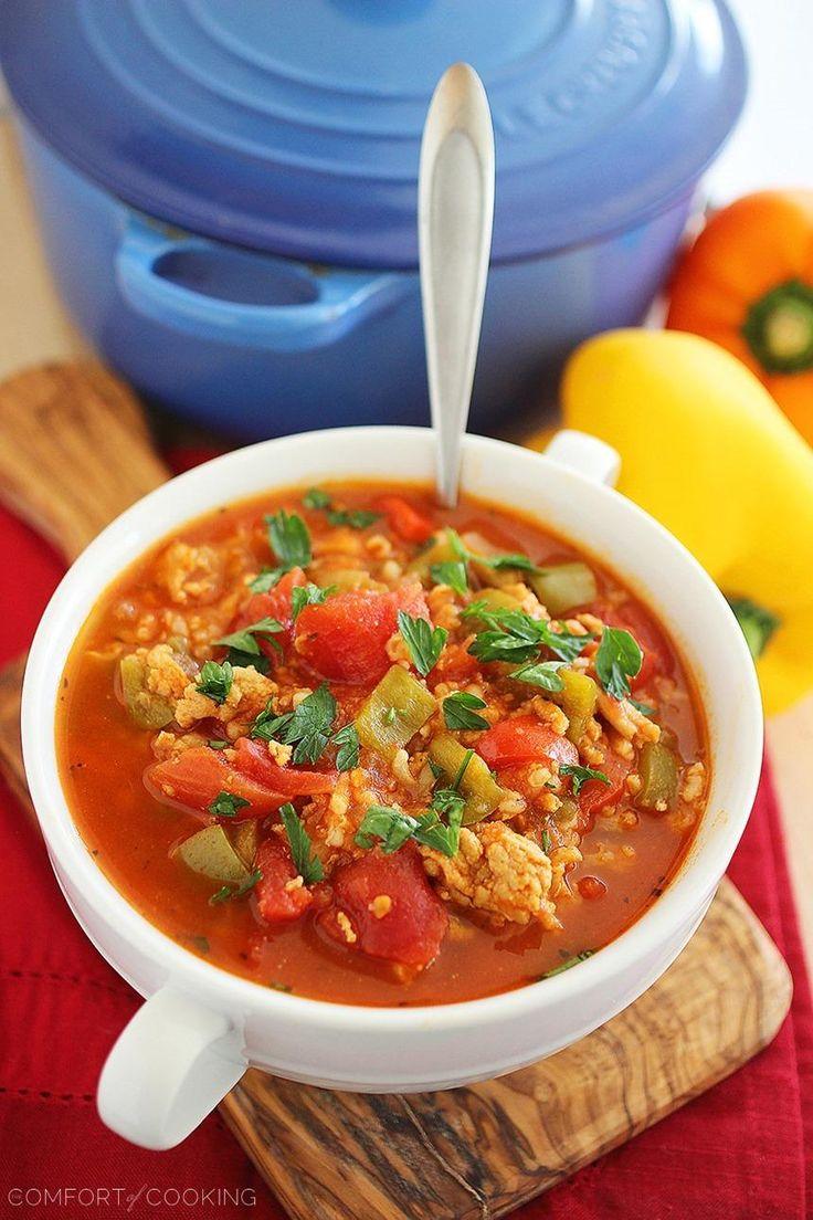 To výdatné, zdravá polievka plná papriky, paradajky, ryža a mleté kuracie mäso je plný jedlo v miske, ktorá zahreje vás až na kosť!