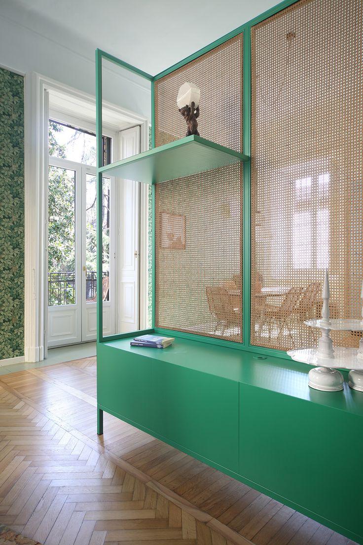 Den italienske design- og arkitektduo Marcante Testa består af Andrea Marcante og Adelaide Testa. De to modige og virkelig dygtige arkitekter udvikler design, spektakulære indretninger fuld af meget modige valg og så rådgiver de virksomheder om materialer og møbler. Deres projekter kan være alt fra private indretninger, stylinger, design af interiør, konceptudvikling og indretning af restauranter, butikker, kontorer osv. Andrea og Adelaide ønsker at være både seriøse og sjove, rustikke...