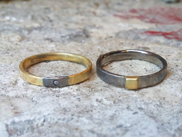 """Dieses Ringpaar heisst """"pure love forever"""". Es ist ein Palladiumring mit einem Einsatz aus dem Gold, das für den anderen Ring verwendet wurde. Der Goldring wiederum hat von dem Palladium des andere..."""