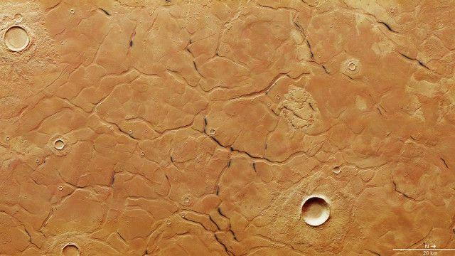 L'ESA ha pubblicato una fotografia di una sorta di labirinto che fa parte di una regione chiamata Adamas Labyrinthus su Marte scattata dalla sonda spaziale Mars Express. Questa regione è a sua volta parte di Utopia Planitia. Le fratture di Adamas Labyrinthus creano un sistema di forme poligonali che potrebbe aver avuto origine da sedimenti a grana fine che anticamente erano sul fondo di un oceano. Leggi i dettagli nell'articolo!