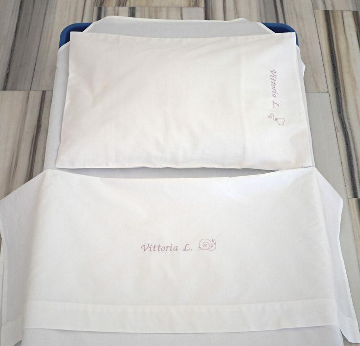 Kit Coordinato per lettino o brandina nido personalizzato con ricamo del nome del bambino http://www.asiloscuolakit