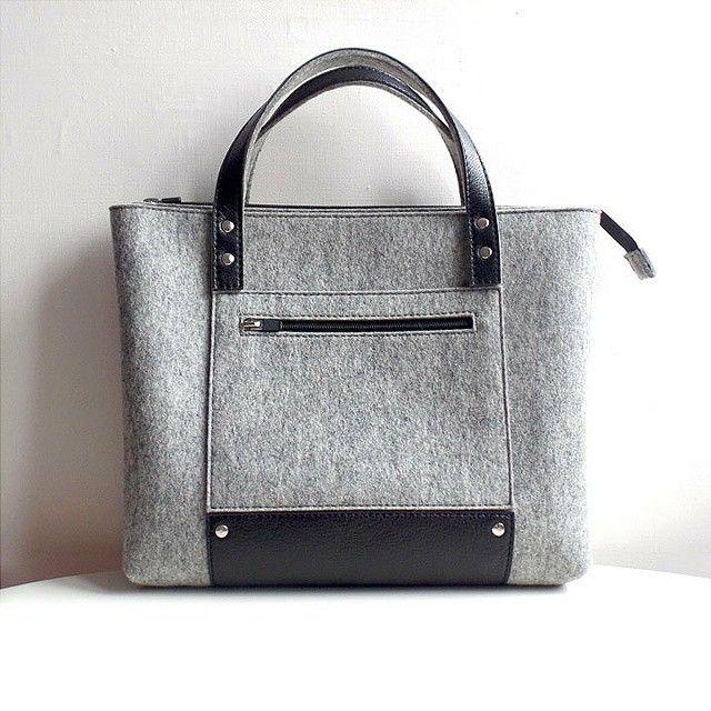 В наличии!!! Большая серая сумка на молнии с двумя короткими ручками. Выполнена из высококачественного испанского фетра (100% шерсть) и натуральной кожи. Размер 35х29х7,5 см. Внутри есть карман.