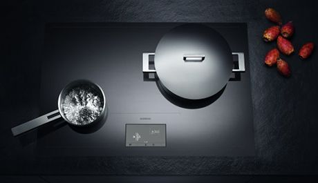 The frameless Gaggenau induction hob, 2,800 cm² zoneless cooking area.