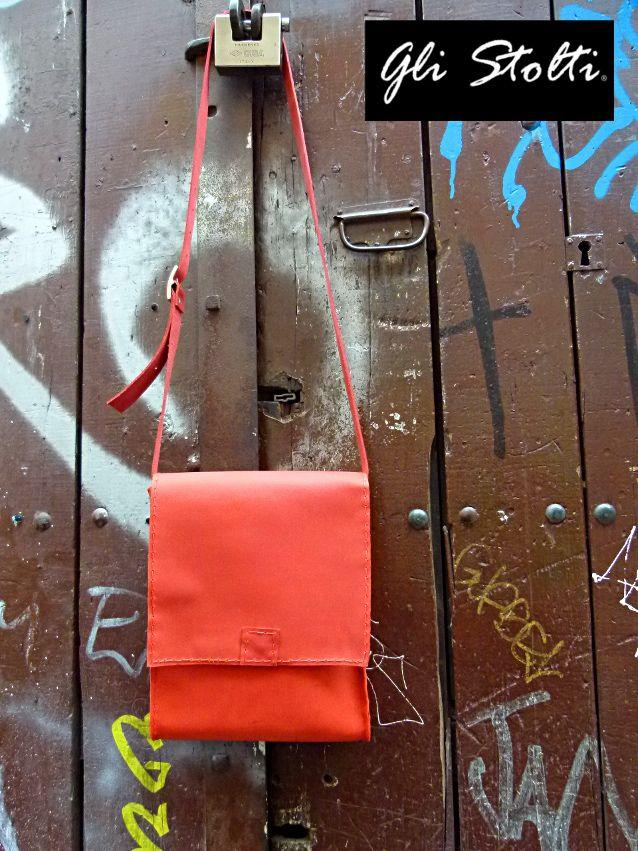 Borsa in cuoio rosso lavorata e cucita a mano linea RGB. Gli Stolti Original Design. Handmade in Italy.  http://gli-stolti.blogspot.it/2014/03/borse-in-cuoio-modello-sturmtruppen.html  #moda #artigianato #design #madeinitaly #shopping #roma #borse