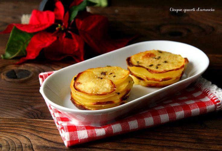 Le torrette di patate sono una simpatica idea contorno, un modo diverso di preparare le patate, con la possibilità di aromatizzarle come più si preferisce.