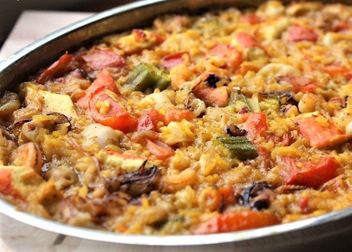 Lo sformato di riso ai frutti di mare si prepara facendo cuocere separatemente vongole e cozze e gamberi sgusciati mentre si cuocerà il riso al forno unendo solo alla fine i molluschi. Ecco i passaggi per lo sformato di riso ai frutti di mare.