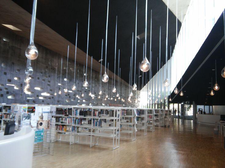 Biblioteca Municipal Central de Santa Cruz de Tenerife La biblioteca está ubicada en el edificio de TEA – Tenerife Espacio de las Artes, un centro de producción y exhibición de las distintas tendencias del arte y la cultura actuales; promovido por el Cabildo de Tenerife. Imagen de nuestra compañera A. Gutiérrez