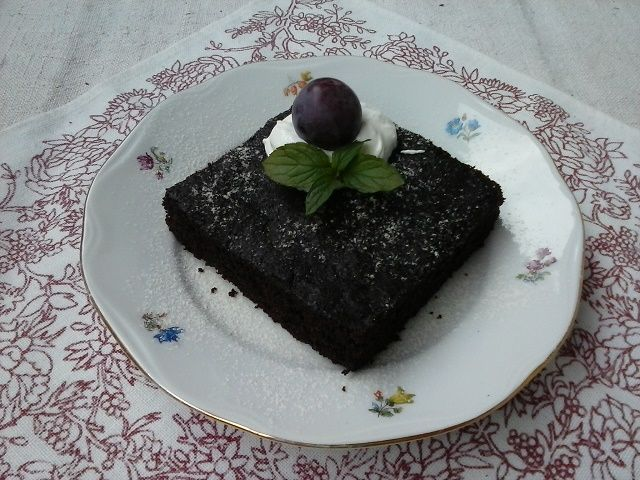 Sezona cukiet je tu a ja som recept aj cuketu dostala od svojej dcéry...tak som vyskúšala. Trochu som vymenila suroviny za zdravšie a koláčik je na svete.