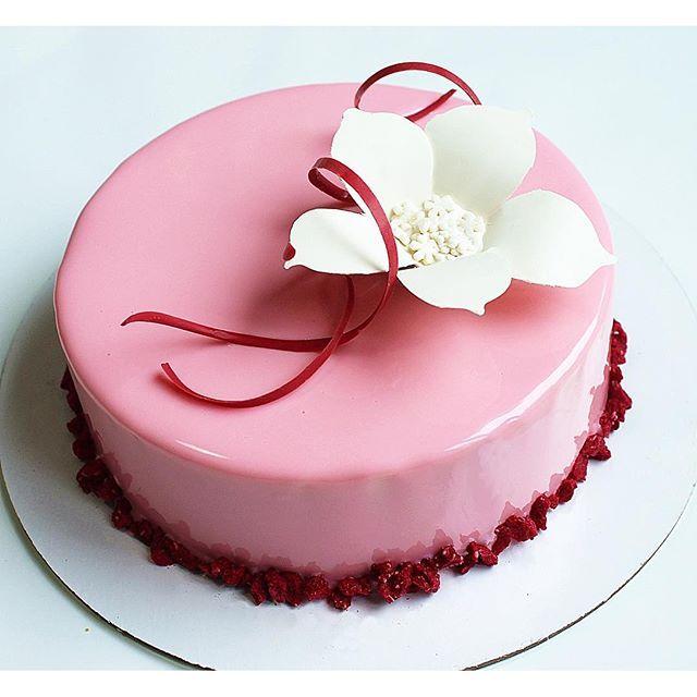 ягодный бисквит дакуаз, хрустящий малиновый слой, мусс на белом шоколаде с бурбонской ванилью, малиновое креме, малиновое кули