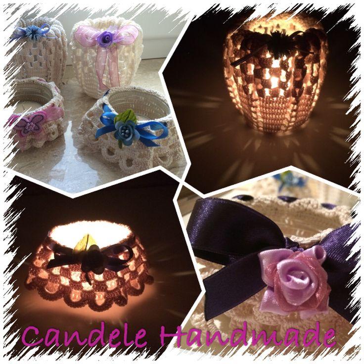 Candela alla vaniglia, in contenitore in vetro, ricoperto con centrino lavorato a mano e arricchito da nastri colorati in raso....