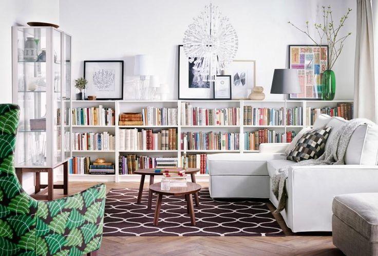 Une bibliothèque basse dans la longueur de la pièce