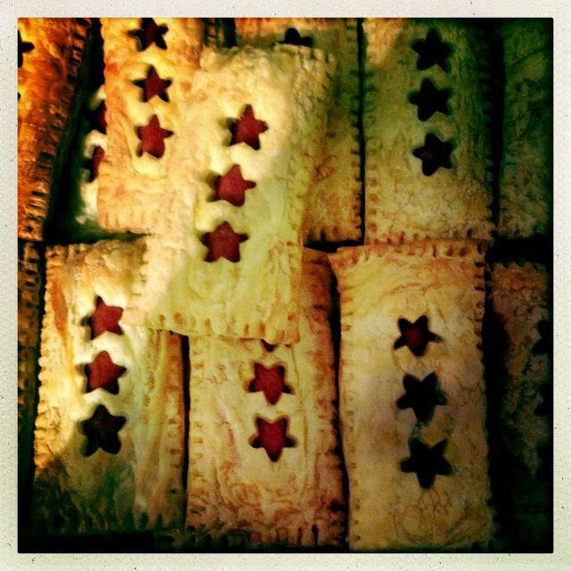 Kerstdiner op school: 1 plakje bladerdeeg in 2-en snijden, met uitstekertje sterren uitsteken in 1 plakje, knakworst op onderste plakje, plakje met sterren erop en rondom dichtmaken met vork