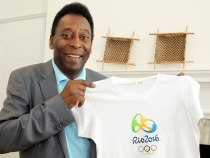 Athlete of the century, Pelé surprises people in the Rio 2016 ™ Official Store at Casa Brasil