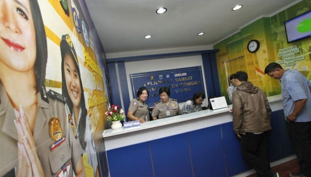 Suasana layanan perpanjangan pajak kendaraan bermotor di Kantor Pelayanan Samsat di Kecamatan Penjaringan, Jakarta