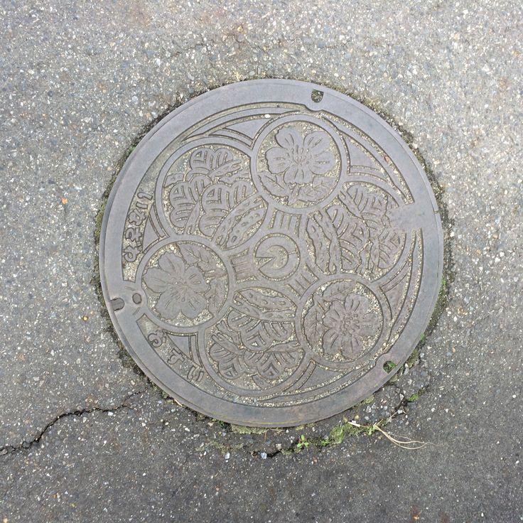 Manhole cover. Place: Inazawa city, Aichi, Japan.