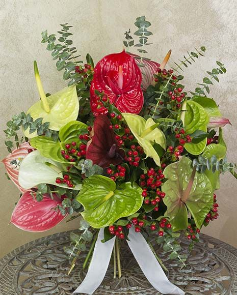 Buchet exotic cu Anthurium, Hypericum și eucalipt.   Exotic Anthurium bouquet. It also contains Hypericum and Eucalyptus