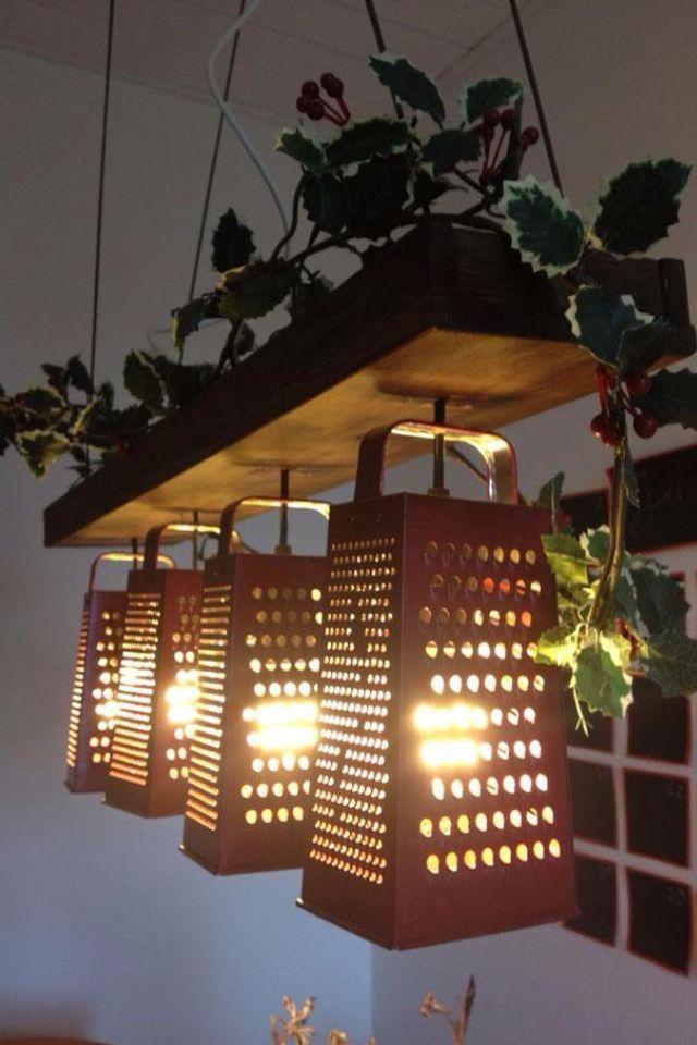 Decoración para la pastelería. Los coladores me parecen una idea muy buena para crear ambiente y poner lamparas que resulten creativas.