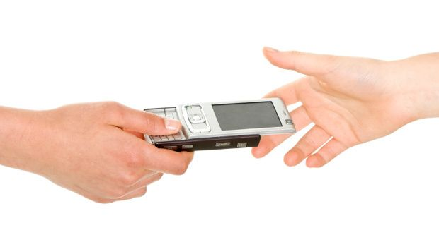 Hsuk å slette alt på mobilen før du gir den videre