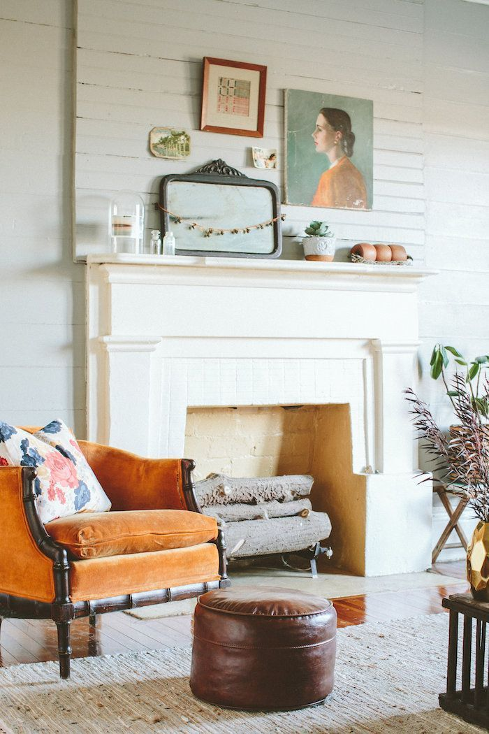 Simple but effective, white walls doesn't have to mean cold! Add a pop of orange and it immediately feels warmer!