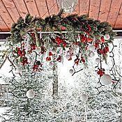 Купить или заказать Рождественская подвеска Bouli-Bouli в интернет-магазине на Ярмарке Мастеров. Рождественская подвеска изготовлена из белоснежной хвои и украшена зимними ягодами и снеговиками. В подвеску вмонтирована электрическая гирлянда, которая работает от батареек. Диаметр подвески 60 см, высота регулируется.