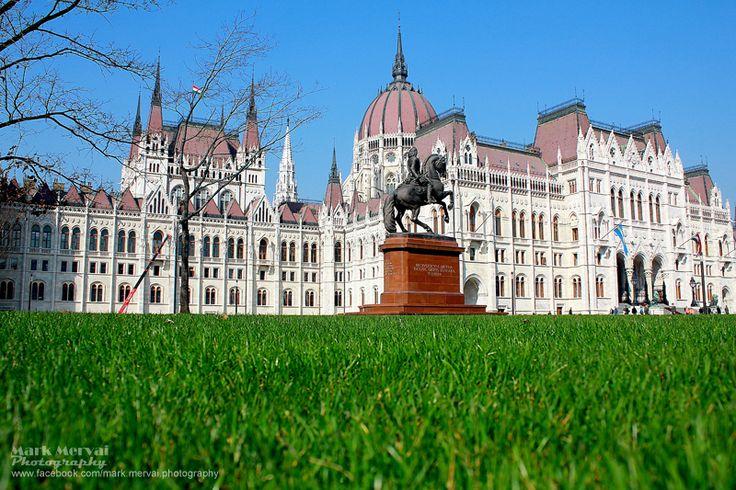 Keresztbe-kasul bejártuk a megújult Kossuth Lajos teret, a József Attila- és a Rákóczi-szobor környékét.